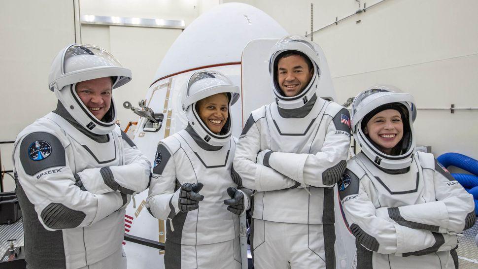 l'equipaggo di Inspiration4 e la sua astronave-flyeurope